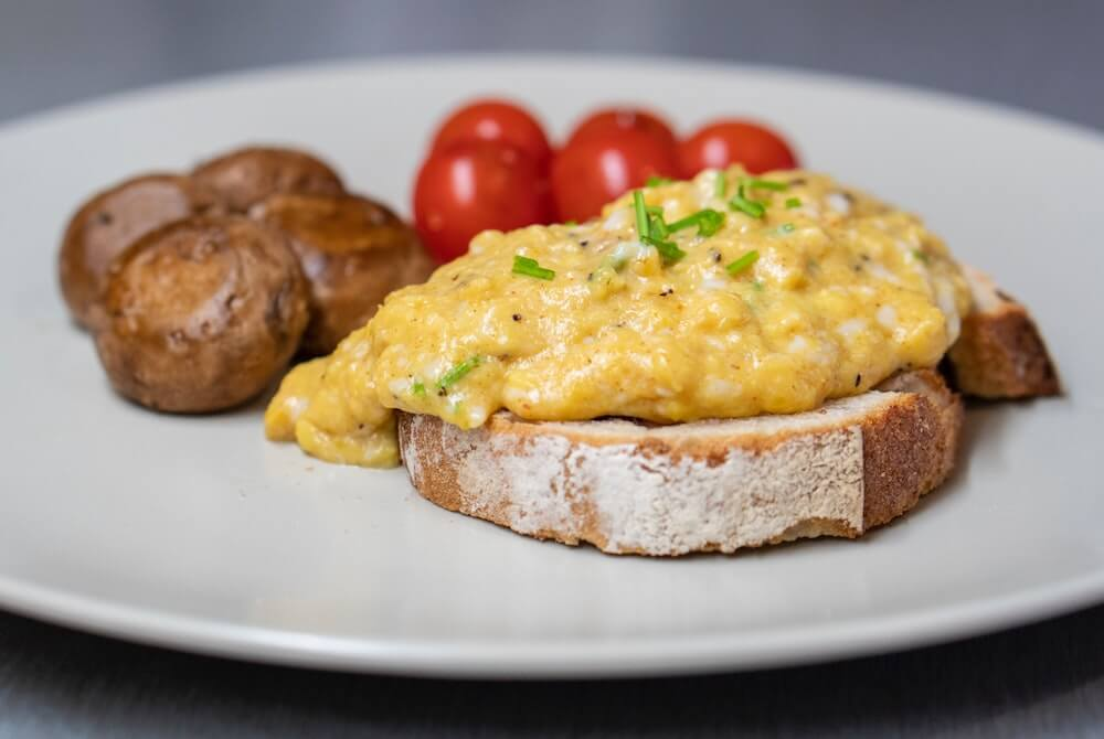 can you reheat scrambled eggs in the microwave